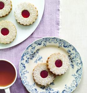 Hazelnut Raspberry Sandwich Cookie Wreaths